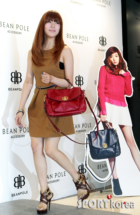 snsd tiffany bean pole fan sign event (28)