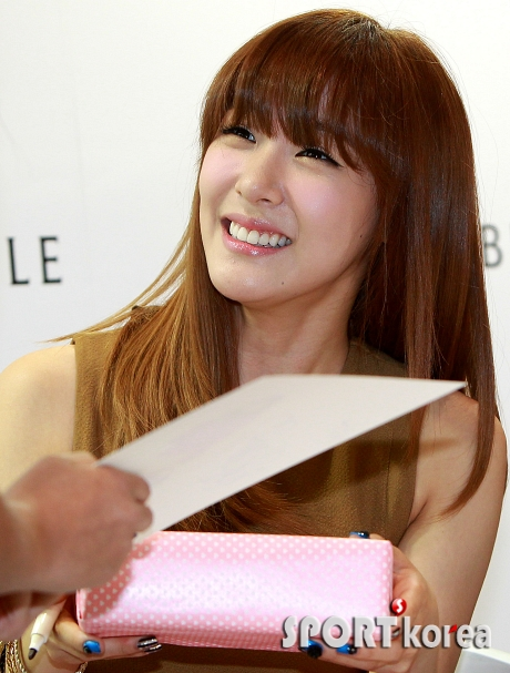 snsd tiffany bean pole fan sign event (41)