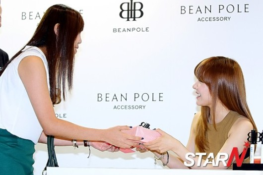 snsd tiffany bean pole fan sign event (47)