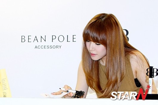 snsd tiffany bean pole fan sign event (48)